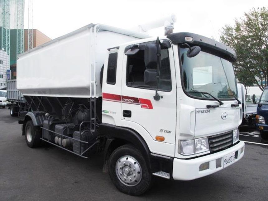 메가5톤 정품 사료운반차량 250마력 신조 무사고 경정비 완료된 차량입니다.